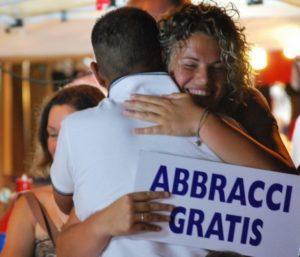 abbracci-gratuiti-768x657